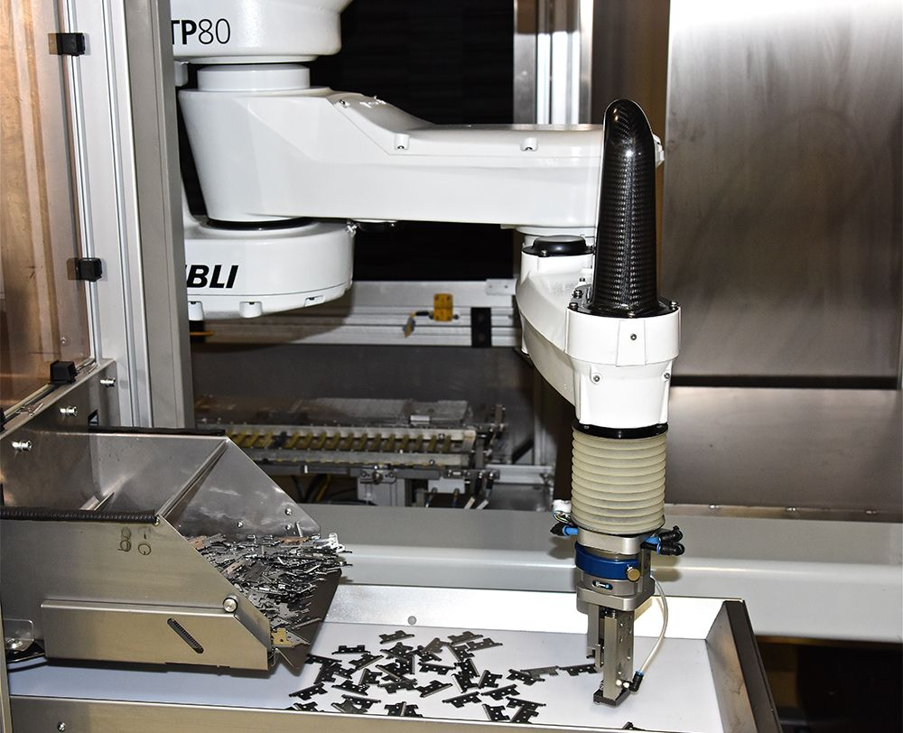 Stäubli TP80 FAST picker removes the unsorted cutter blades from the belt and slots them into a magazine at ultra-high speed.